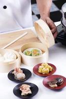 kocken presenterade kinesiska dim sum foto