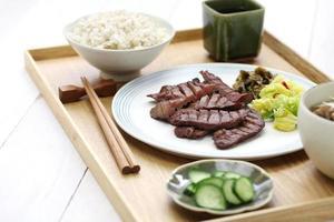 grillad nötkötttunga, japansk mat foto