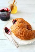 nybakad croissant foto