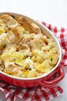 gryta med blomkål, purjolök, bröd och ost foto