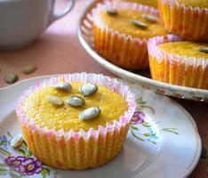 muffins med äpplen och pumpafrön foto