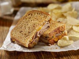 grillad rostbiff och cheddarsmörgås foto