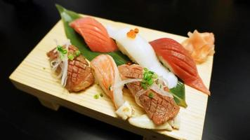 japansk sushi på träplatta foto