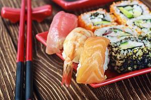 rullar och sushi
