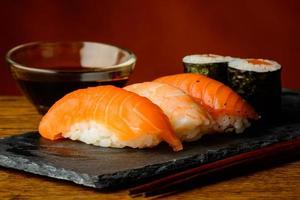 maki och nigiri-sushi med sojasås