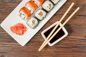 sushi sortiment på vit maträtt foto