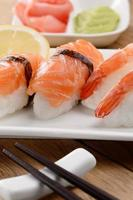 blandad sushi på en vit platta foto