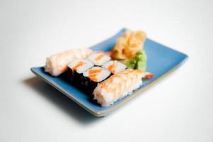 sushi tallrik med hosomaki och nigiri foto