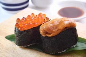 sushi, sjöborre och laxrogn foto