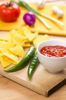 nacho chips och salsa foto