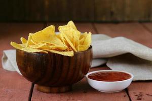 majs tortillachips i en skål med tomatsås