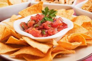nachos majschips med hemlagad salsa foto
