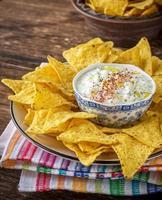 tortillachips och gräddsås med färska örter, vitlök foto