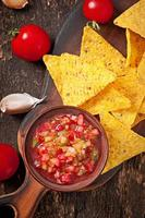 mexikanska nacho chips och salsa dopp i skålen