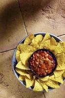 tortillachips och en skål med salsa foto