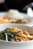 stekt fläsk och ris med tång på toppen foto