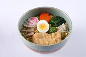 tonkatsu shoyu ramen isolerad på vit bakgrund, friterad fläsk foto