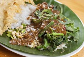 indonesisk mat, nasi pecel foto