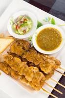 kyckling satay med bröd foto