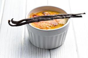 creme brulee i keramisk skål med vanilj pod foto