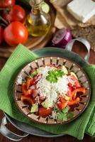 shopska sallad - traditionell bulgarisk sallad med riven ost foto