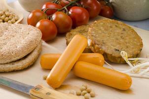vegetarisk tofuburgare och korv. foto