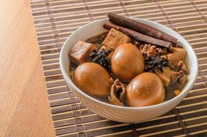 ägg, tofu och fläsk i fem kryddor brun sås