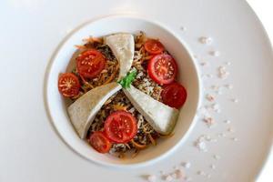 kokt bovete, tofu och tomatsallad foto