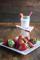 färsk jordgubbs milkshake foto