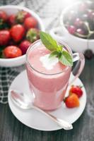 läckert efterrättprotein med jordgubbar foto