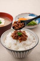 japansk mat, natto och ris foto