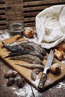 rå fisk på bordet kockar foto