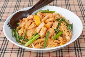stekt nudlar med tofu - vegetarisk thailändsk mat foto