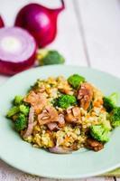 brunt ris med grönsaker (lök, svamp, broccoli) och tofu foto