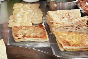 matlagning chapati på pannan foto
