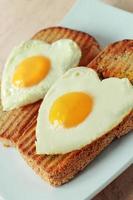 stekt ägg på en rostat bröd foto