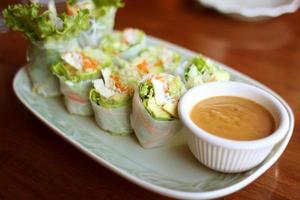 läckra vegetariska vårrullar foto