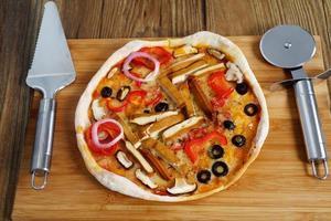 hemgjord vegeterian margarita pizza på bordet
