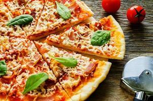 pizza med bacon, mozzarella och spenat