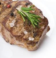 nötköttbiff på ett träbord. foto