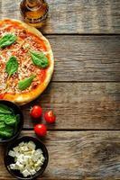 pizza med bacon, mozzarella och spenat foto