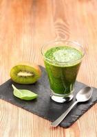 grön smoothie med spenat och kiwi foto