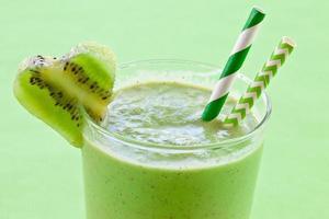 smoothie med färsk kiwi foto