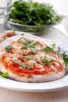 liten pizza på plattan foto