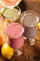 hälsosam kost, proteinshakes och frukt foto