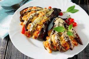 bakad aubergine med ost, tomater och kyckling foto