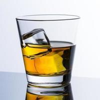 kall whisky med is foto