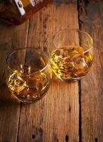 whisky bourbon i ett glas foto