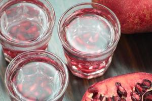 granatäpple vodka skott. foto