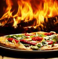 pizza i en vedeldad ugn foto